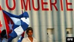 Estudiante cubana en una manifestación política.