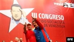 Nicolás Maduro (d) con Hugo Carvajal, ex jefe de la inteligencia militar, en libertad tras ser encarcelado en Aruba, acusado de narcotráfico.
