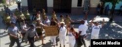 Cinco damas de Blanco son arrestadas por 25 efectivos militares -hombres y mujeres- al salir de la sede en Lawton, el 8 de julio de 2018.