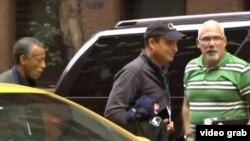 Antonio Castro sale del auto y se dirige a la Misión Permanente de Cuba ante la ONU.