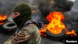 Una barricada en llamas durante las protestas cerca de Machachi, Ecuador, después de que el gobierno de Lenin Moreno puso fin a los subsidios al combustible de cuatro décadas.
