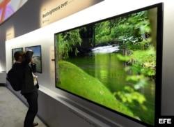 Un asistente toma una fotografía de un televisor Sony 4K LED de 85 pulgadas con X-tended Dynamic Range Pro.