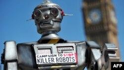 Robot usado como emblema durante protestas contra Robots Asesinos en 2013