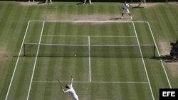 El tenista suizo Roger Federer (arriba) y el escocés Andy Murray (abajo) durante la final del Torneo de Wimbledon que disputaron en el All England Lawn de Londres, Reino Unido, el 08 de julio de 2012. EFE/PAUL GILHAM