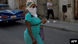 Una mujer toma precauciones ante la propagación del coronavirus en Cuba. (Yamil Lage/AFP)