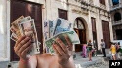 Pesos cubanos (CUP) a la izquierda y CUC a la derecha.