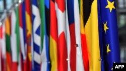 Banderas de países europeos junto a la bandera de la UE en Bruselas.