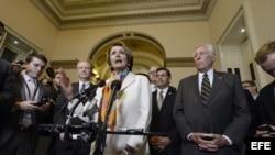La líder de la Minoría de la Cámara de Representantes Nancy Pelosi, y otros demócratas del Congreso hablan con la prensa hoy, martes 1ro de octubre de 2013, en Washington tras comenzar el nuevo año fiscal sin un acuerdo presupuestario.