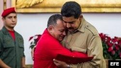 El presidente de la Asamblea Nacional (AN-Parlamento), el oficialista Diosdado Cabello (i), abraza al presidente de Venezuela, Nicolás Maduro (d).