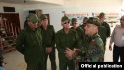 Joaquín Quintas Solá, general de cuerpo de ejército de las FAR en La Orchila, base militar de la Armada Bolivariana, escucha al comandante del Comando Estratégico Operacional (CEO), Almirante Remigio Ceballos.