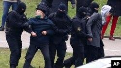 Arrestos de manifestantes en Minsk el 15 de noviembre de 2020. (AP Photo).