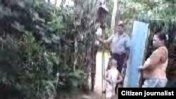 Reporta Cuba. Ciudadana capta imágenes de la presencia policial en su casa.