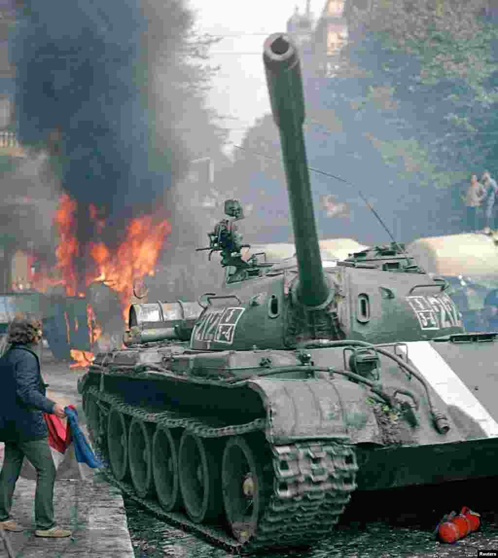 """A medida que los tanques comenzaron a calentarse, Hajsky recuerda que muchos checos realmente intentaron advertir a los invasores. """"De repente, la gente comenzó a gritar: '¡Fuera! ¡Sal antes de que te suceda nada'"""", dijo con una sonrisa triste. """"Ese era el poder genuinamente cómico de la situación, que aún había algo de empatía por ellos""""."""