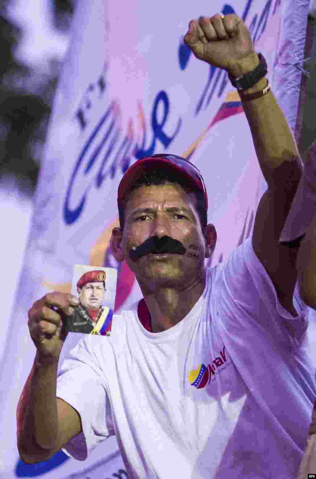 """Un hombre con """"bigotes de Maduro"""" en una concentración de campaña en El Valle, Caracas (Venezuela)."""