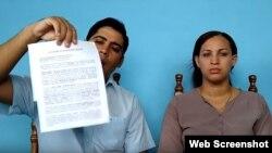 Carlos Amel Oliva, de la dirección nacional de UNPACU, y Nelva Ismaray Ortega Tamayo, esposa de José Daniel Ferrer y activista de la organización, muestran el documento de la Fiscalía.