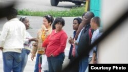 Agentes de Seguridad del Estado y civiles de las Brigadas de Respuesta Rápida vigilan la sede de las Damas de Blanco en La Habana, el 6 de enero de 2016. Fotos cortesía de Ángel Moya Acosta.