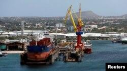 Un buque de carga atracado en la terminal PDVSA de la Refinería de Petróleo de Willemstad, en la isla de Curazao. (Archivo)