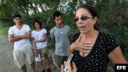 Ofelia Acevedo, viuda de Payá, y sus hijos, en el lugar donde ocurrió el accidente en que murió su esposo