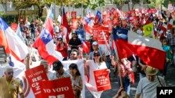 Chilenos marchan contra un plebiscito para decidir sobre la Constitución, en Santiago de Chile, el sábado 15 de febrero del 2020.