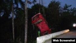 Un automóvil es rescatado al caer del puente La Palmiche, Km 41, carretera a Puerto Esperanza, Pinar Del Río, según informó la prensa local el 6 de junio de 2019.