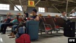 Unos pocos turistas esperan sus vuelos en el aeropuerto José Martí, en La Habana, Cuba