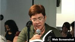 María Elena Hernández, poeta cubana, lee sus poemas