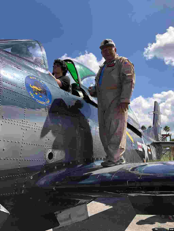 Steve Walenz muestra a los asistentes la cabina del T-28.