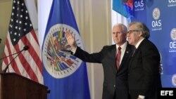 El vicepresidente de EEUU, Mike Pence, junto al secretario general de la Organización de Estados Americanos, Luis Almagro.