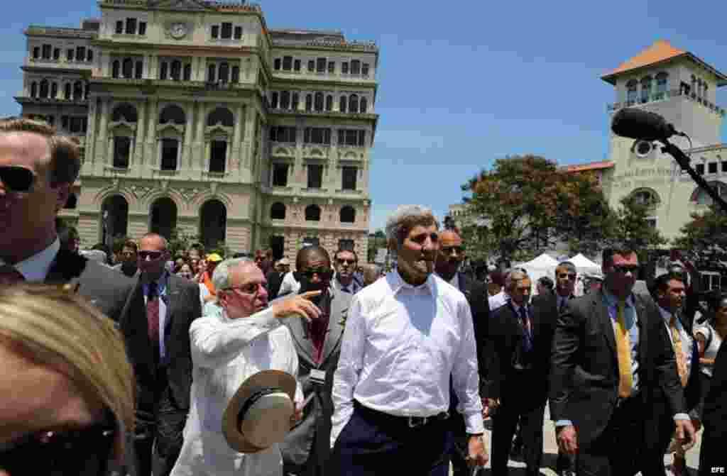 El secretario estadounidense de Estado, John Kerry, durante su recorrido por el centro histórico de La Habana (Cuba).
