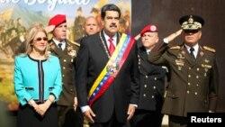 Nicolás Maduro junto a su esposa Cilia Flores, el ministro de defensa Vladimir Padrino y otros funcionarios.