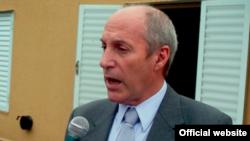 Ministro Mario González: Cubanos cubrirían déficit de médicos en La Pampa