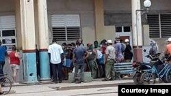 Cola del pan en Güira de Melena. Las aglomeraciones de personas son frecuentes en las tiendas debido a la escasa distribución de productos. (Foto: Jorge Bello)