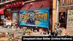La tienda frente a la que fue asesinado el ciudadano estadounidense afrodescendiente George Floyd se ha convertido en un lugar conmemoartivo de su muerte y de la lucha racial. Foto: Unsplash/Jéan Béller