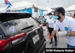 Voluntarios recogen ayuda para enviar a los cubanos de la isla como parte de la iniciativa Solidaridad entre Hermanos, en Miami, el 20 de mayo del 2020.