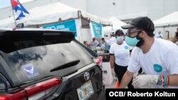 Voluntarios recogen ayuda para enviar a los cubanos de la isla como parte de la iniciativa Solidaridad Entre Hermanos, en Miami, el 20 de mayo del 2020. (Roberto Koltún).