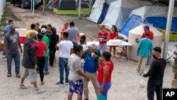 Migrantes en un campamento temporal a las afueras de El Puente Nuevo, en Matamoros, México. (Denise Cathey/The Brownsville Herald vía AP)