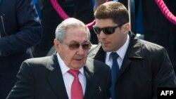 Raul Castro y su nieto y guardaespaldas Raúl Guillermo en Moscú. AFP PHOTO / POOL / ALEXANDER ZEMLIANICHENKO