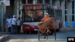 """El artículo señala que el problema del gobierno cubano es que las reformas son """"muy pocas y muy lentas""""."""