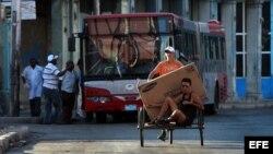 """Analistas señalan que el problema del gobierno cubano es que las reformas son """"muy pocas y muy lentas""""."""