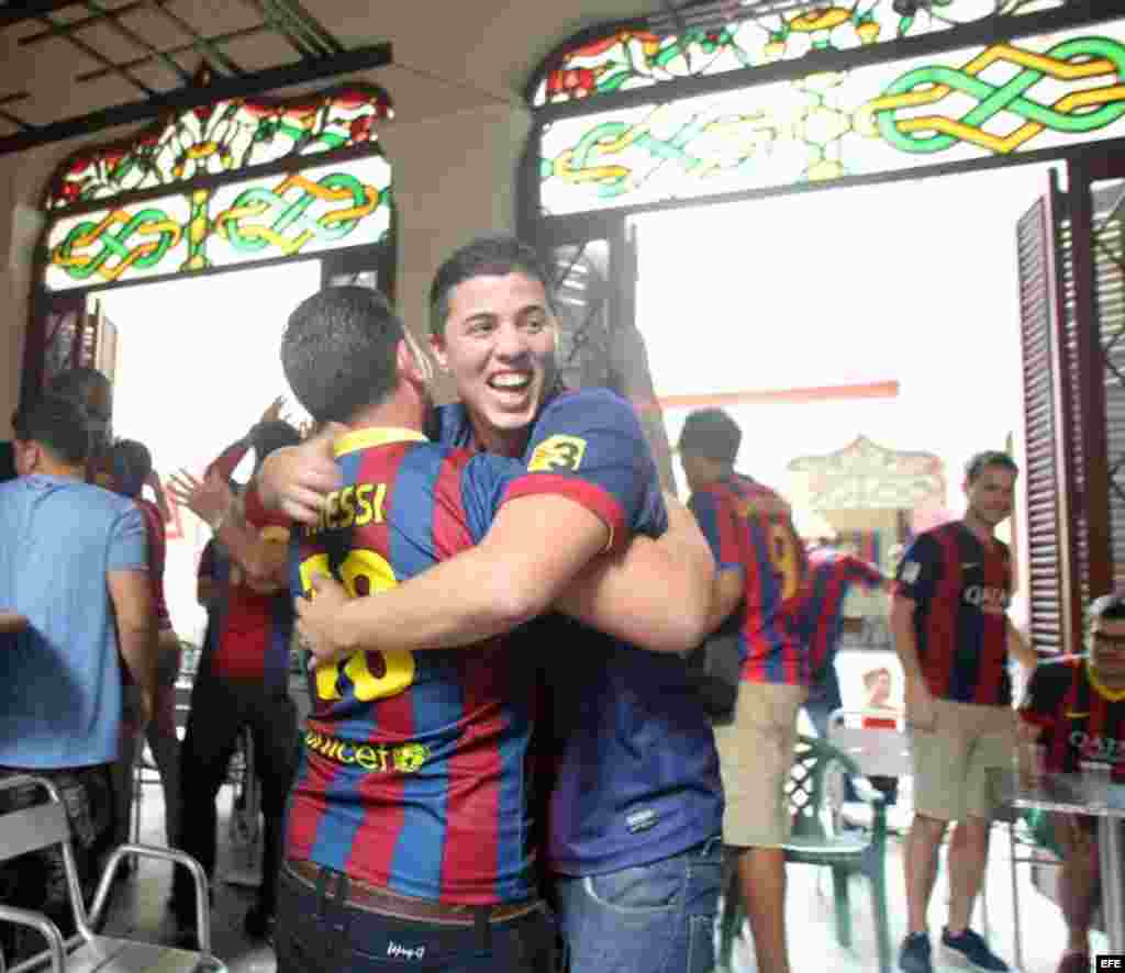 Seguidores del Club Barcelona celebran un gol frente al Real Madrid.