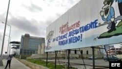 A lo lejos, el edificio de la Sección de Intereses de EEUU en Cuba (SINA); en primer plano, uno de los carteles de propaganda castrista. Foto: Archivo.