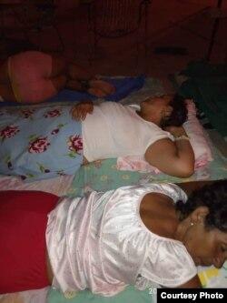 Al menos 10 familias del inmueble duermen en la calle por temor al derrumbe.