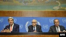 El secretario de Estado estadounidense, John Kerry (i), el mediador internacional para Siria, Lajdar Brahimi (c), y el ministro ruso de Exteriores, Sergei Lavrov, ofrecen una rueda de prensa en la que hablaron sobre las armas químicas en Siria, en el Pa