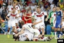 Alemanes celebran tras el final del partido