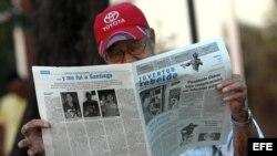 Cubano leyendo el Juventud Rebelde
