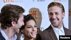 De izq. a der. Bradley Cooper, Eva Mendes y Ryan Gosling. REUTERS/Mike Cassese