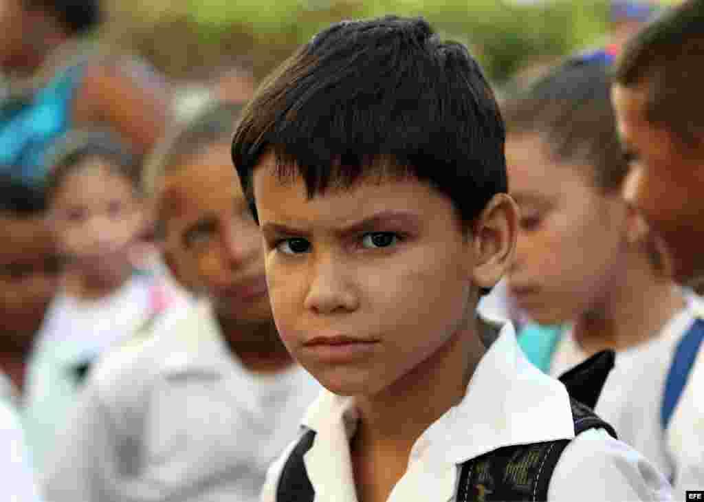 Cuba comienza este martes, 1ro. de septiembre, el curso escolar 2015-2016 con cerca de dos millones de estudiantes en más de 10.300 escuelas, según cifras oficiales que no describen las dificultades que enfrentarán estudiantes, profesores y padres por la falta de recursos y el déficit de maestros. EFE