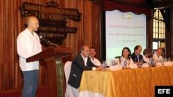 El secretario de Estado de Comercio de España, Jaime García-Legaz (i), participa en un encuentro con la Asociación de Empresarios Españoles en Cuba (AEEC), en La Habana.