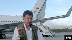 Fotografía cedida por la Presidencia de Colombia del mandatario Juan Manuel Santos ayer, viernes 23 de agosto de 2013, en Bogotá (Colombia). Santos ordenó al equipo que negocia con las FARC en Cuba su regreso inmediato