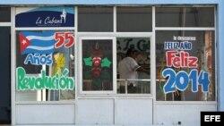 Un hombre sale de una panadería decorada con mensajes de fin de año.